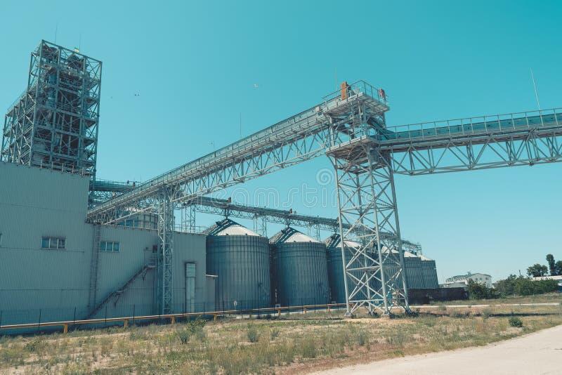 Svetlovodsk, Ucrânia – 27 de maio de 2018: Silos agrícolas modernos contra o céu azul Armazenamento e secagem das gr?es, trigo, m imagem de stock