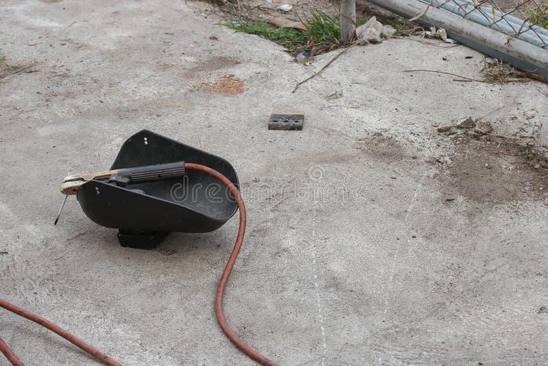 Svetsande maskering, stilleben av stång-hållaren med kabel och elektrod arkivfoton