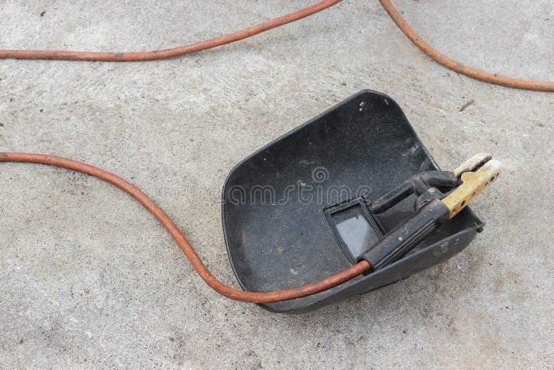 Svetsande maskering, stilleben av stång-hållaren med kabel och elektrod royaltyfria foton