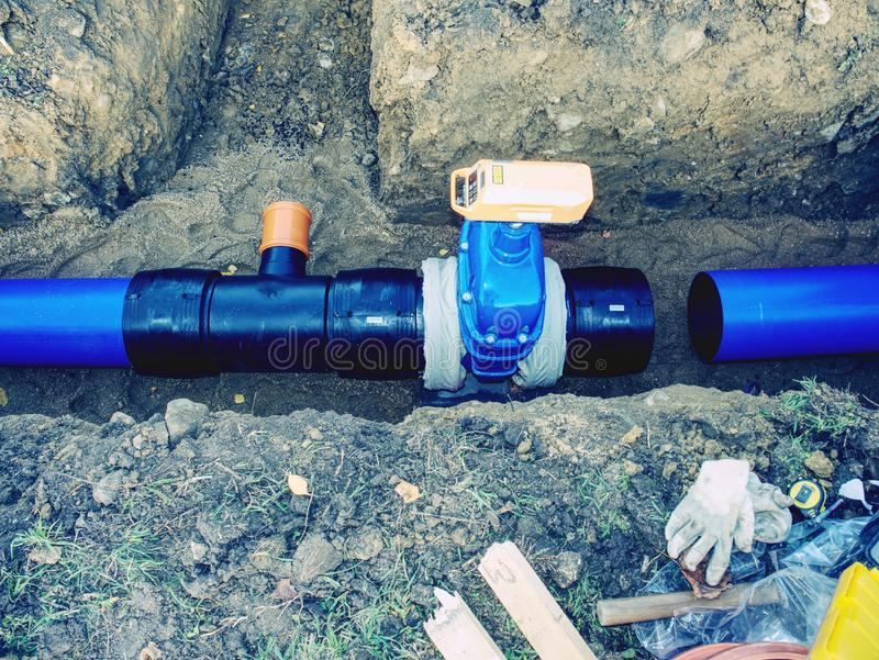 Svetsning av för rörutgrävning för vattenförsörjning den plast- gropen royaltyfri bild