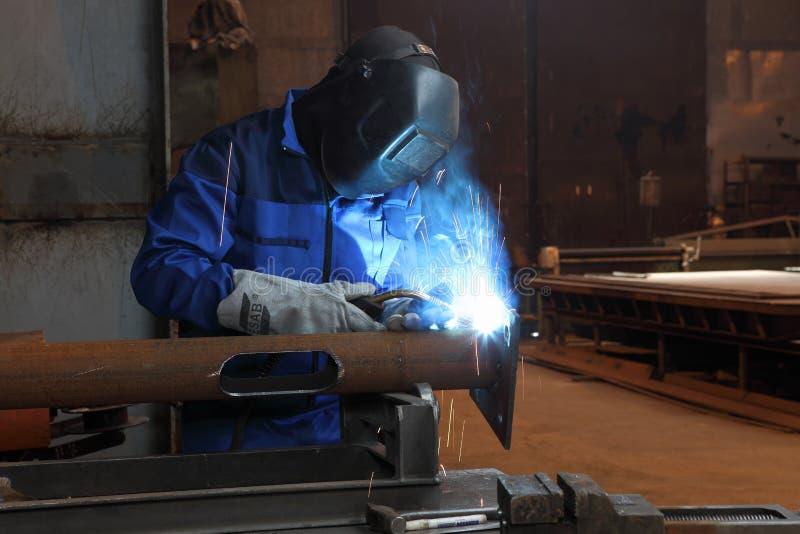Svetsning av metallstrukturer, strukturell eleme för arbetarsvetsningsmetall arkivbild