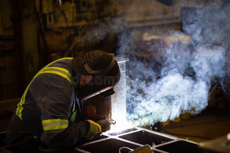 Svetsning i en fabrik royaltyfri bild