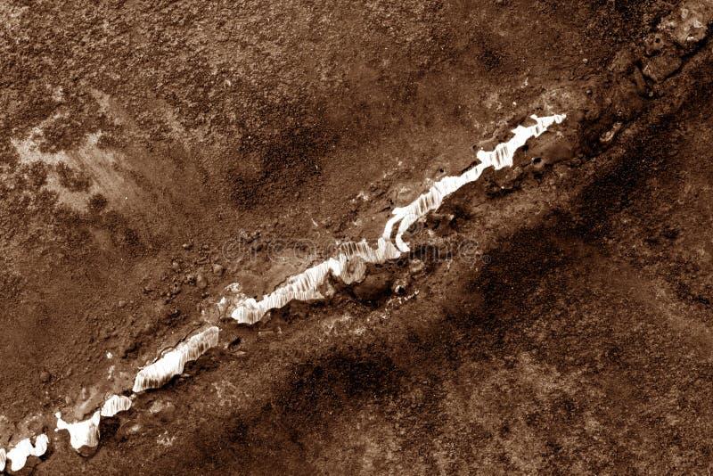 Svetsning på rostig metall i brun signal arkivbilder