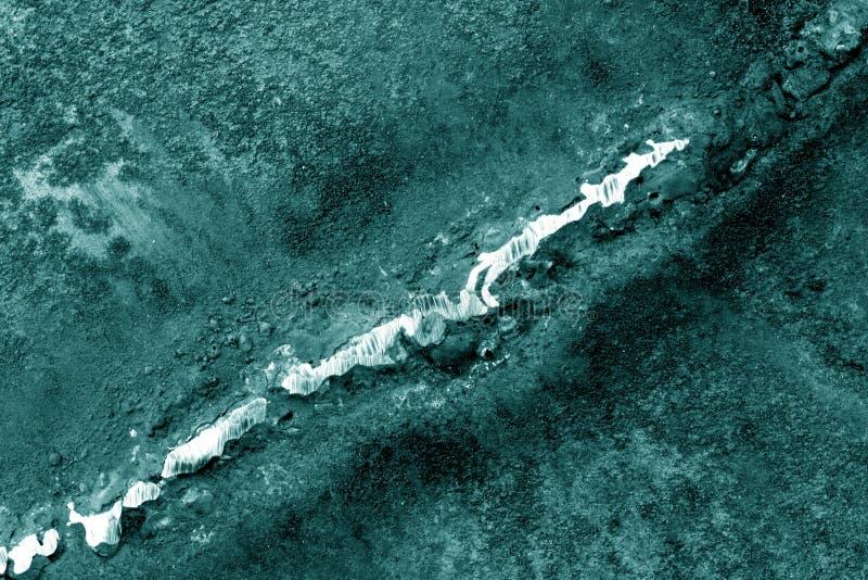 Svetsning på rostig metall i cyan signal arkivfoto