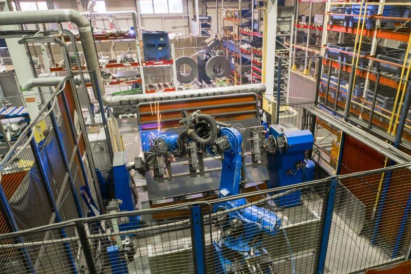 Svetsningrobot i processen Modern svetsande produktion royaltyfria foton