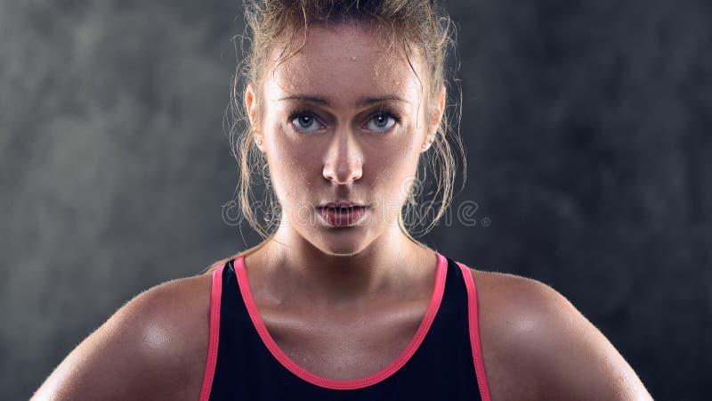 Svettas bärande ärmlös tröja för idrotts- blond kvinna arkivbilder