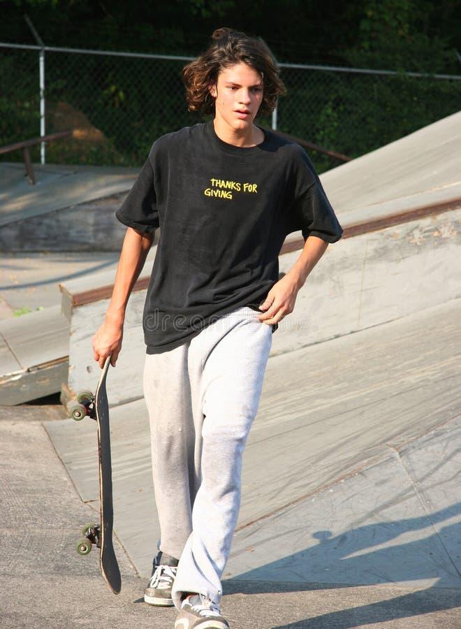 svettig stilig skateboarder royaltyfria bilder