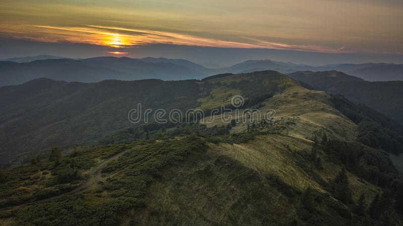 Svidovec的里奇在日落期间的乌克兰 鸟瞰图喀尔巴阡山脉在夏天,乌克兰 免版税图库摄影