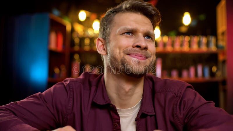 Sviken hållande ögonen på sportkonkurrens för caucasian man i baren, förlorande lek för lag royaltyfri bild