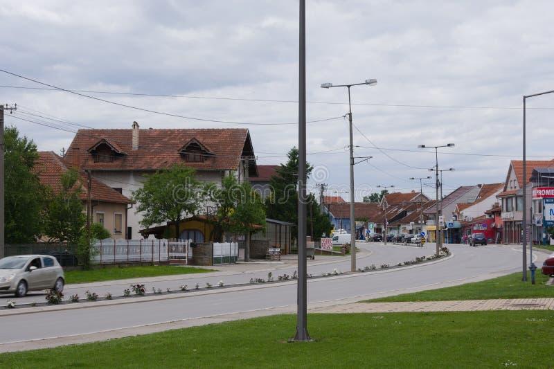 Svilajnac, Servië - mag, 22 2019: Straat met groene gebieden stock foto's