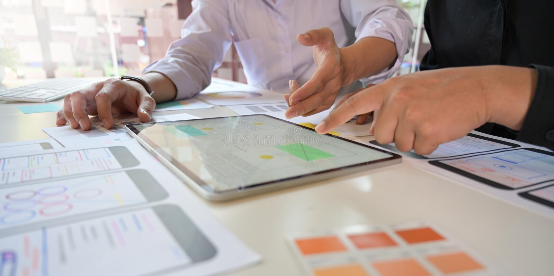 Sviluppatore mobile del app di schizzo del gruppo del progettista di UX fotografie stock