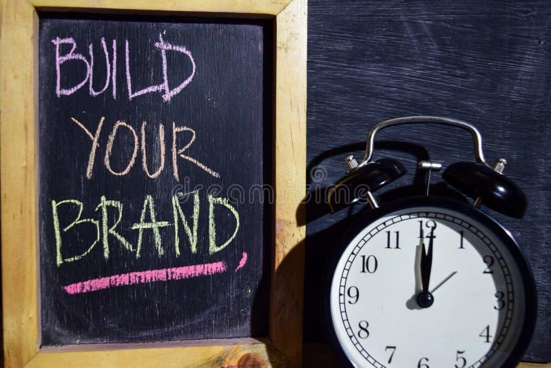 Sviluppi la vostra marca su scritto a mano variopinto di frase sulla lavagna fotografie stock
