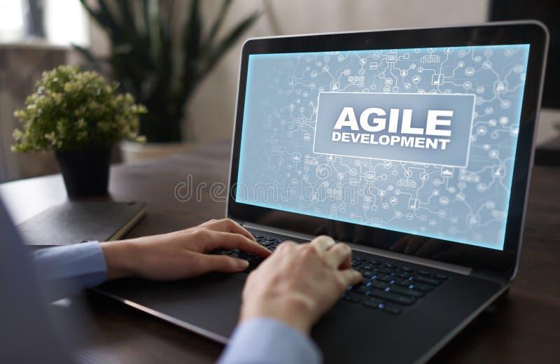 Sviluppo agile, software e concetto di programmazione di applicazione sullo schermo virtuale fotografia stock libera da diritti
