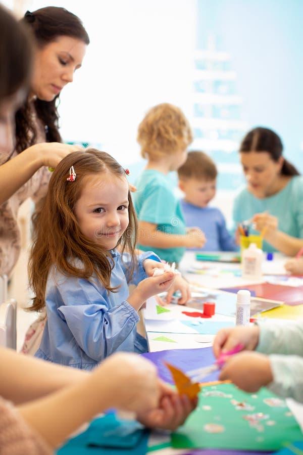 Sviluppo che impara i bambini nella classe di arte Progetto del ` s dei bambini nell'asilo Gruppo di bambini con l'insegnante ins fotografia stock libera da diritti