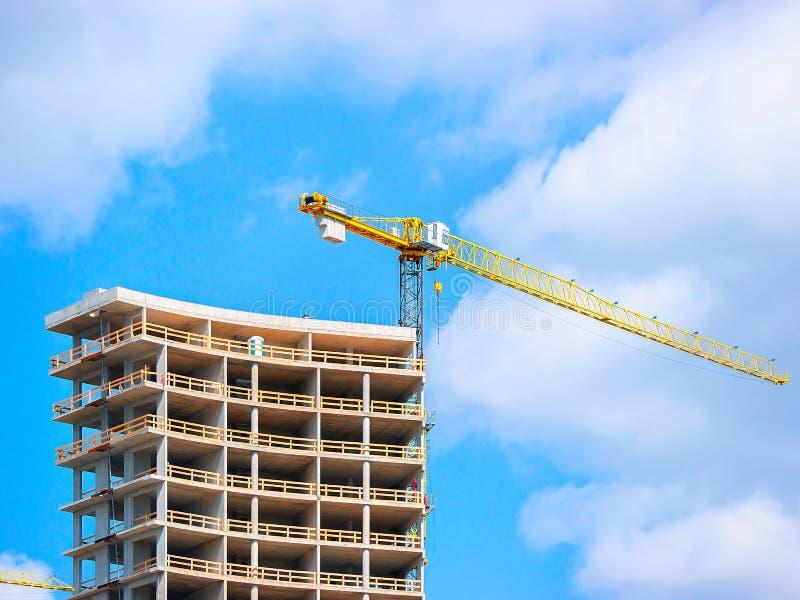 Sviluppo di costruzione moderna e della gru di sollevamento immagine stock libera da diritti