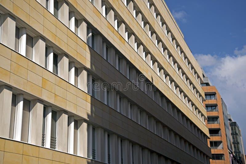 Sviluppo urbano e denso con le costruzioni residenziali e commerciali fotografia stock libera da diritti