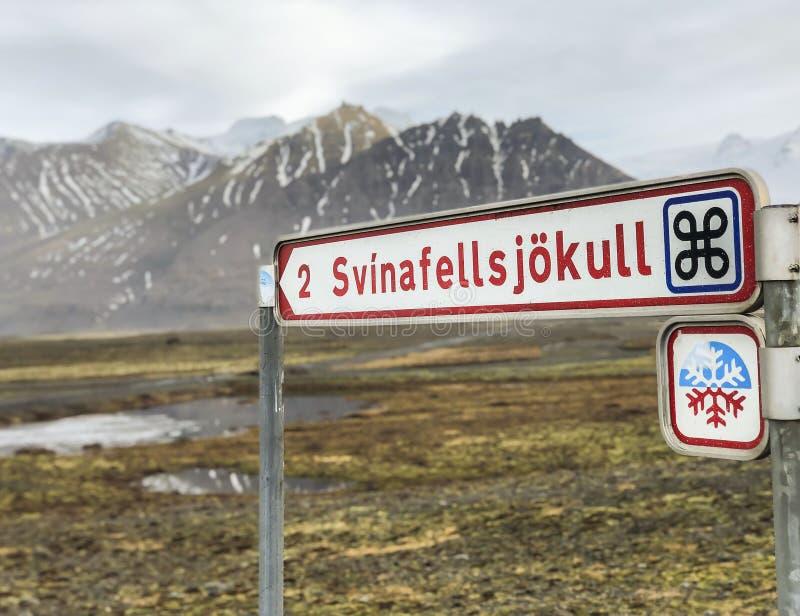 Svinafellsjokull-Eisfeldweg unterzeichnen herein Island lizenzfreie stockbilder