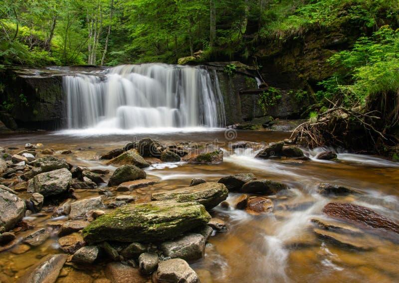Svitan vattenfall på den Oplotnica strömmen fotografering för bildbyråer