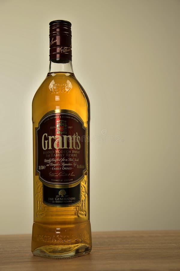 Svitavy, Tschechische Republik - 20 4 2019: Flasche schottischer Whisky Bewilligungen auf dem Tisch Alkoholisches Getr?nk des Whi stockfotos