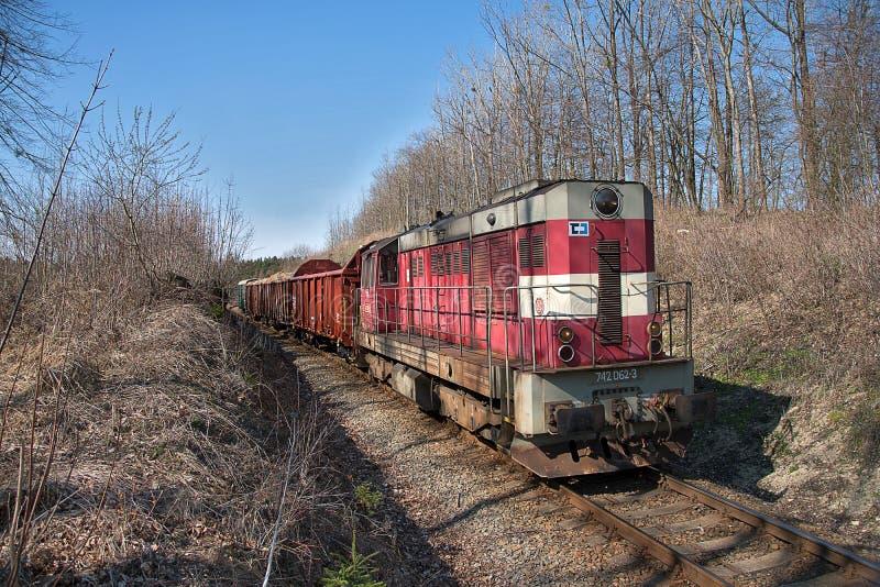 Svitavy, Tschechische Republik - 2 4 2019: Güterzug in der Landschaft, tschechische Eisenbahnen lizenzfreie stockfotografie
