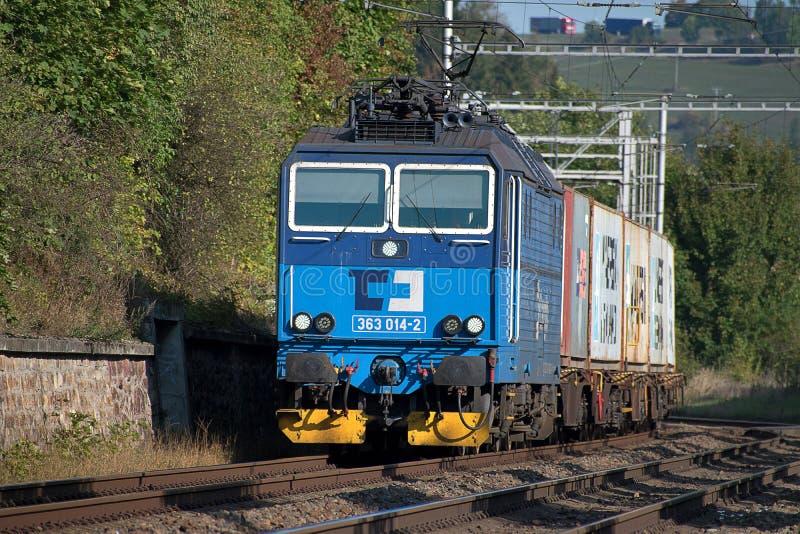 Svitavy, Tschechische Republik - 20 4 2019: G?terzug mit Containerwagen, CD Fracht Beladene Beh?lter auf Lastwagen stockbild
