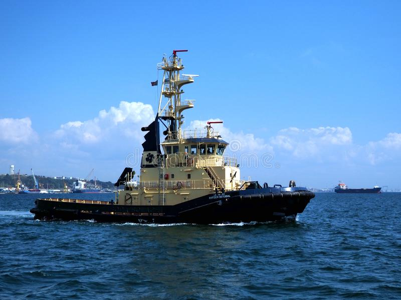 Svitzer Tug Underway dans le port images stock