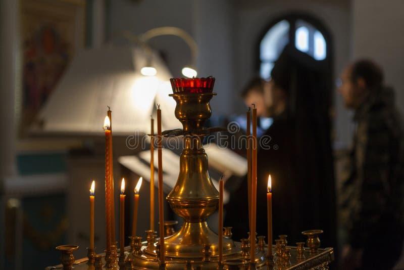 Sviyazhsk la Russia 4 giugno 2018: Candele della chiesa Ministero nella chiesa ortodossa fotografia stock libera da diritti