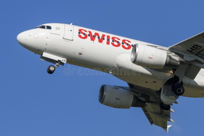 Svizzero Airbus A-320 all'aeroporto LJMB di Maribor immagini stock libere da diritti