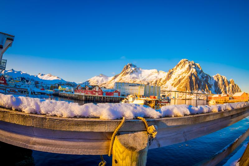 SVOLVAER, LOFOTEN海岛,挪威- 2018年4月10日:关闭绳索在用雪室外视图盖的木棍子附近 免版税库存照片
