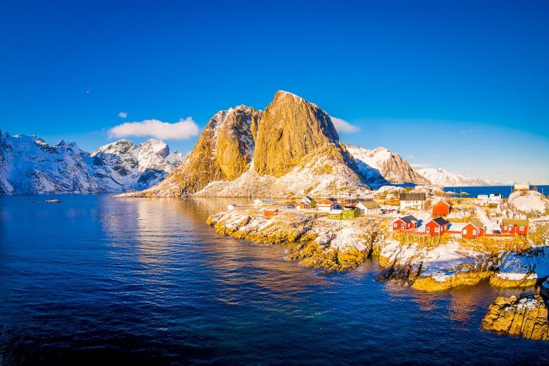 SVOLVAER, LOFOTEN海岛,挪威2018年4月10日:在港口的看法上有大厦和小船的在Svolvaer 免版税库存图片