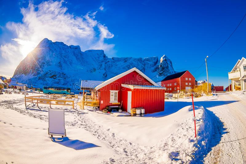 SVOLVAER, LOFOTEN海岛,挪威- 2018年4月10日:美丽的rorbu或渔夫房子室外看法在一个小镇 库存图片