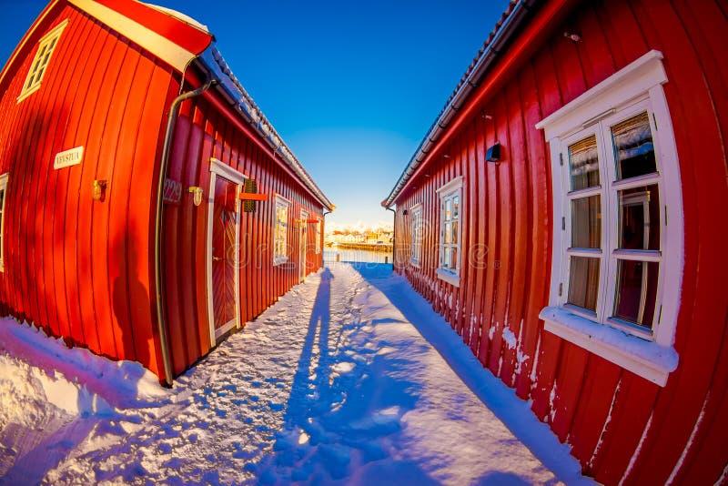 SVOLVAER, LOFOTEN海岛,挪威- 2018年4月10日:美丽的rorbu或渔夫` s房子在Svolvaer Lofoten海岛 图库摄影