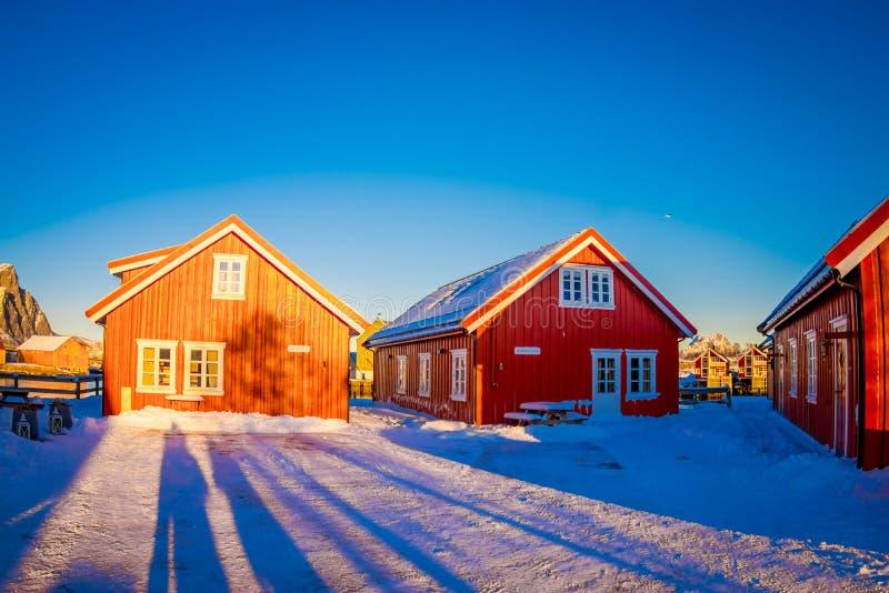 SVOLVAER, LOFOTEN海岛,挪威- 2018年4月10日:美丽的rorbu或渔夫` s房子在Svolvaer Lofoten海岛 免版税库存图片
