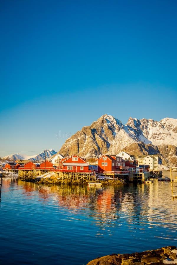 SVOLVAER, LOFOTEN海岛,挪威- 2018年4月10日:许多木房子看法Henningsvaer岸的在Lofoten 库存照片
