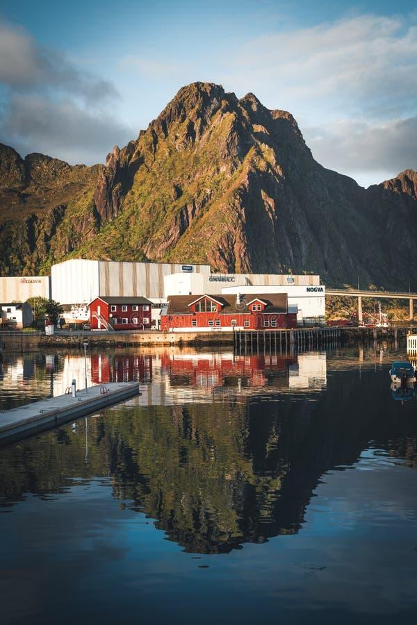 Svolvaer, Νορβηγία - το Σεπτέμβριο του 2018: Βάρκες στο λιμάνι προκυμαιών με τα βουνά στο υπόβαθρο Το Svolvaer είναι α στοκ φωτογραφίες με δικαίωμα ελεύθερης χρήσης