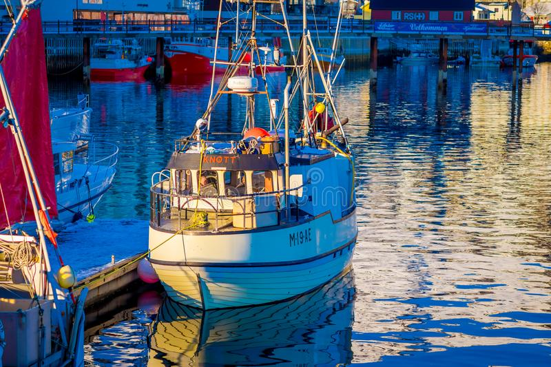 SVOLVAER, LOFOTEN wyspy NORWEGIA, KWIECIEŃ, - 10, 2018: Widok łódź rybacka w schronieniu, Svolvaer, Lofoten wysp okręg administra zdjęcia stock