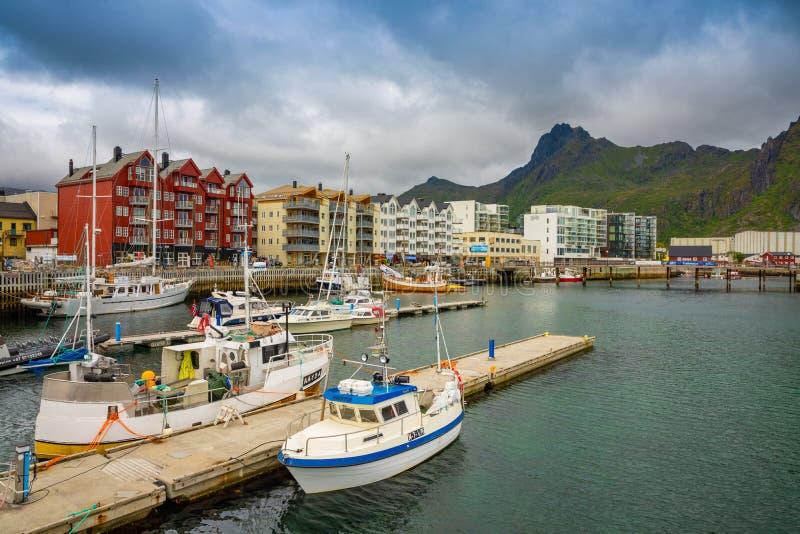 Svolvaer, Norwegen - 21 06 2018: Szenische Ansicht von Svolvaer ist ein Fischerdorf und eine Touristenstadt, die herein auf Austv lizenzfreie stockfotos