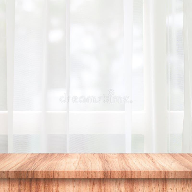 Svuoti del piano d'appoggio di legno sul fondo della finestra e della tenda con sfuocatura del concetto di mattina dell'ambiente  immagine stock libera da diritti