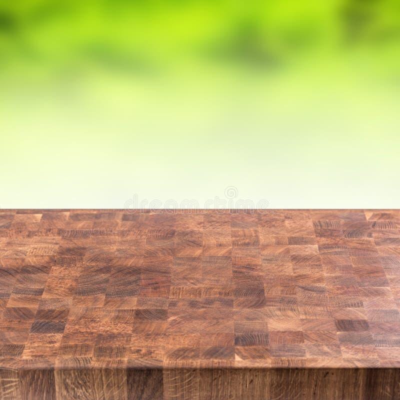 Svuoti il fondo verde di legno dell'estate del montaggio e della tavola immagini stock