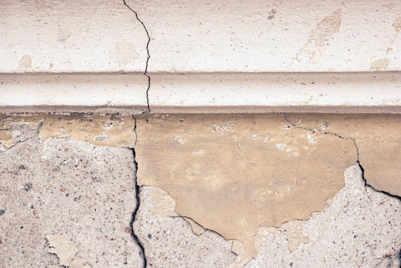 Svuoti il frammento interno urbano abbandonato Vecchio muro di cemento incrinato con il modanatura dello stucco fotografia stock