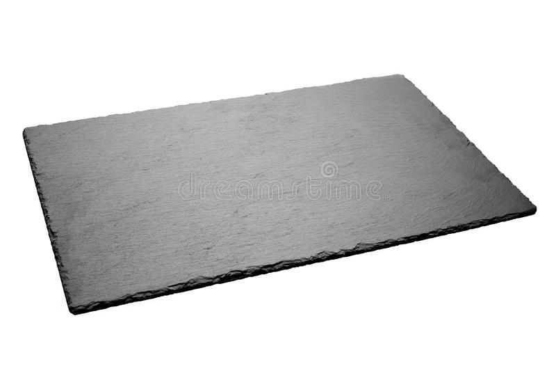 Svuoti il piatto nero dell'ardesia isolato su fondo bianco immagine stock libera da diritti