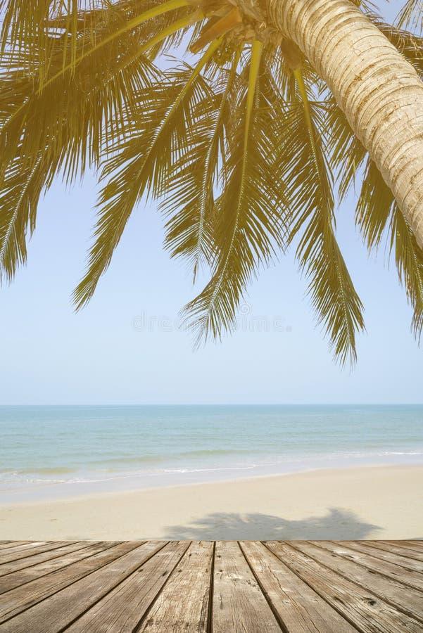 Svuoti il terrazzo di legno sopra la spiaggia tropicale dell'isola con il cocco fotografie stock