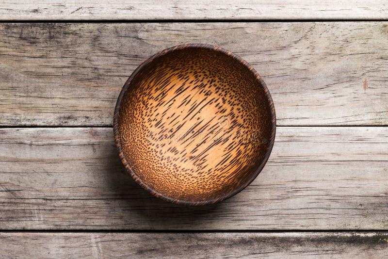 Svuoti la ciotola di bambù di legno isolata su fondo di legno con la S reale fotografie stock libere da diritti