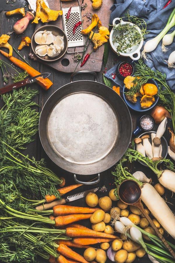 Svuoti la cottura degli ingredienti delle verdure e del vaso per la cottura, lo stile scuro, vista superiore fotografia stock libera da diritti