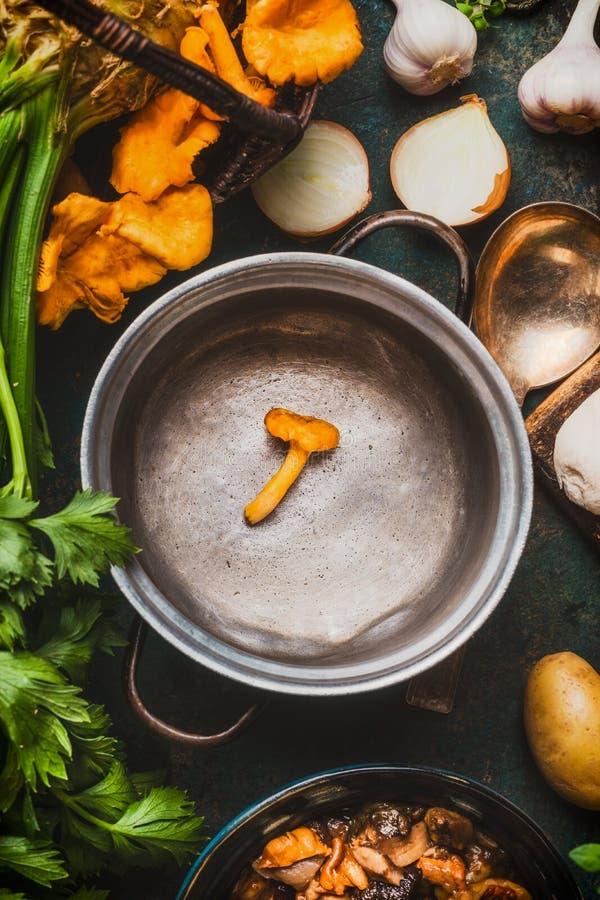 Svuoti la cottura del vaso con i funghi della foresta e la cottura degli ingredienti, alimento stagionale fotografia stock libera da diritti