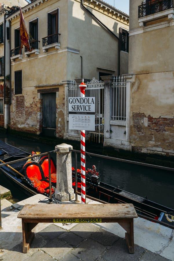 Svuoti la gondola tradizionale su un canale a Venezia immagini stock