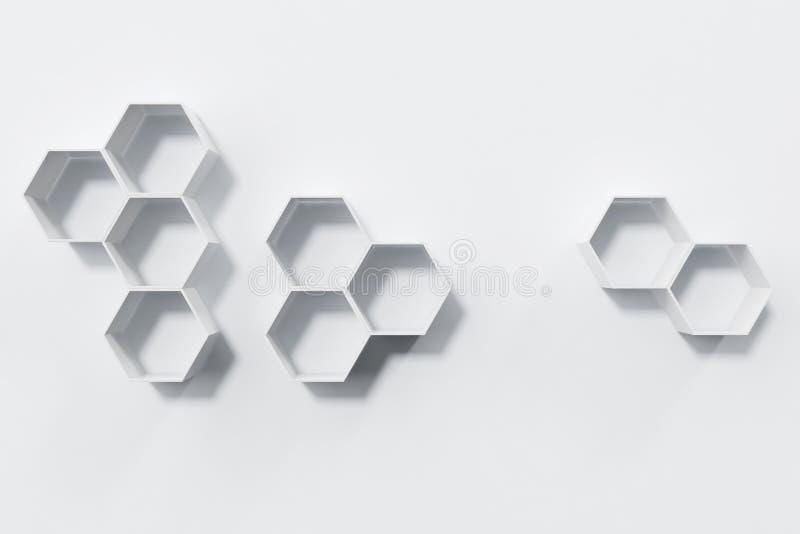 Svuoti la parete bianca con gli scaffali di esagono sulla parete, la rappresentazione 3D fotografia stock libera da diritti