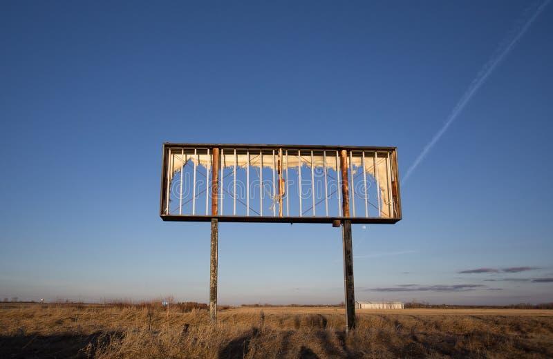 Svuoti la struttura arrugginita del metallo del tabellone per le affissioni fotografia stock