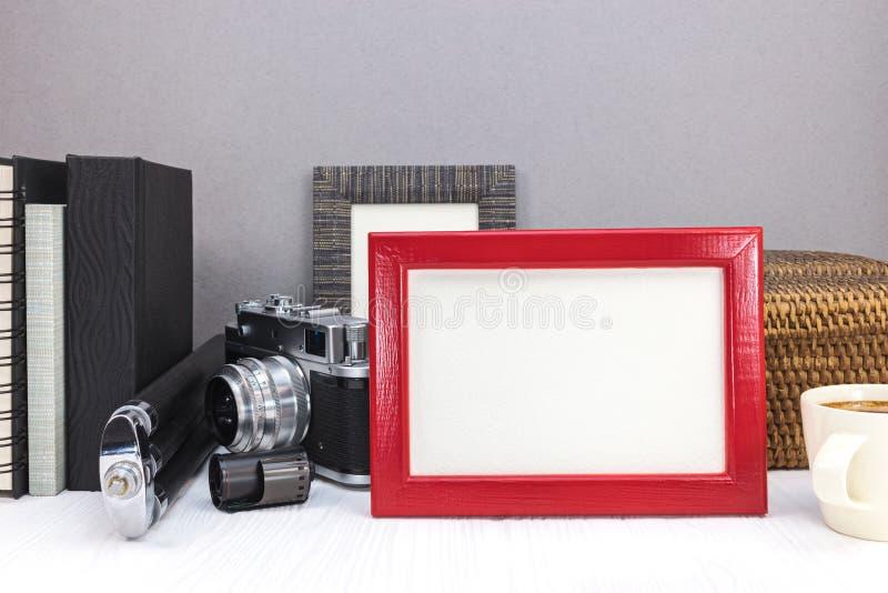 Svuoti la struttura rossa della foto, la macchina fotografica classica con attrezzatura e la foto a fotografia stock