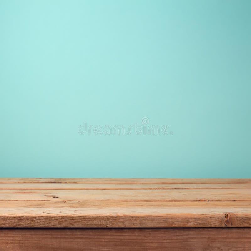 Svuoti la tavola di legno della piattaforma sopra il fondo della carta da parati della menta fotografia stock